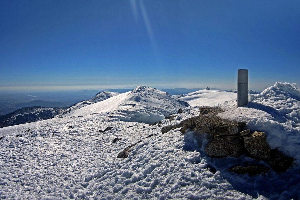 Vértice Geodésico de Cabeza de Hierro Mayor (2382 m). Bola del Mundo y la Maliciosa al fondo
