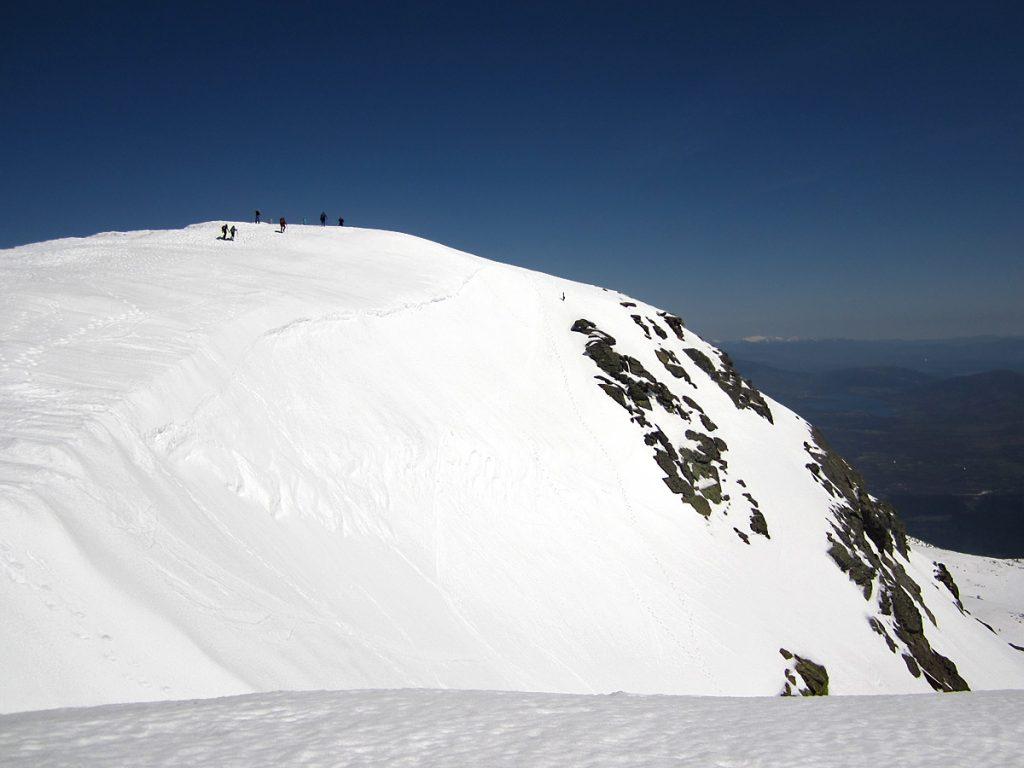 Montañeros agrupándose en la cumbre de Peñalara