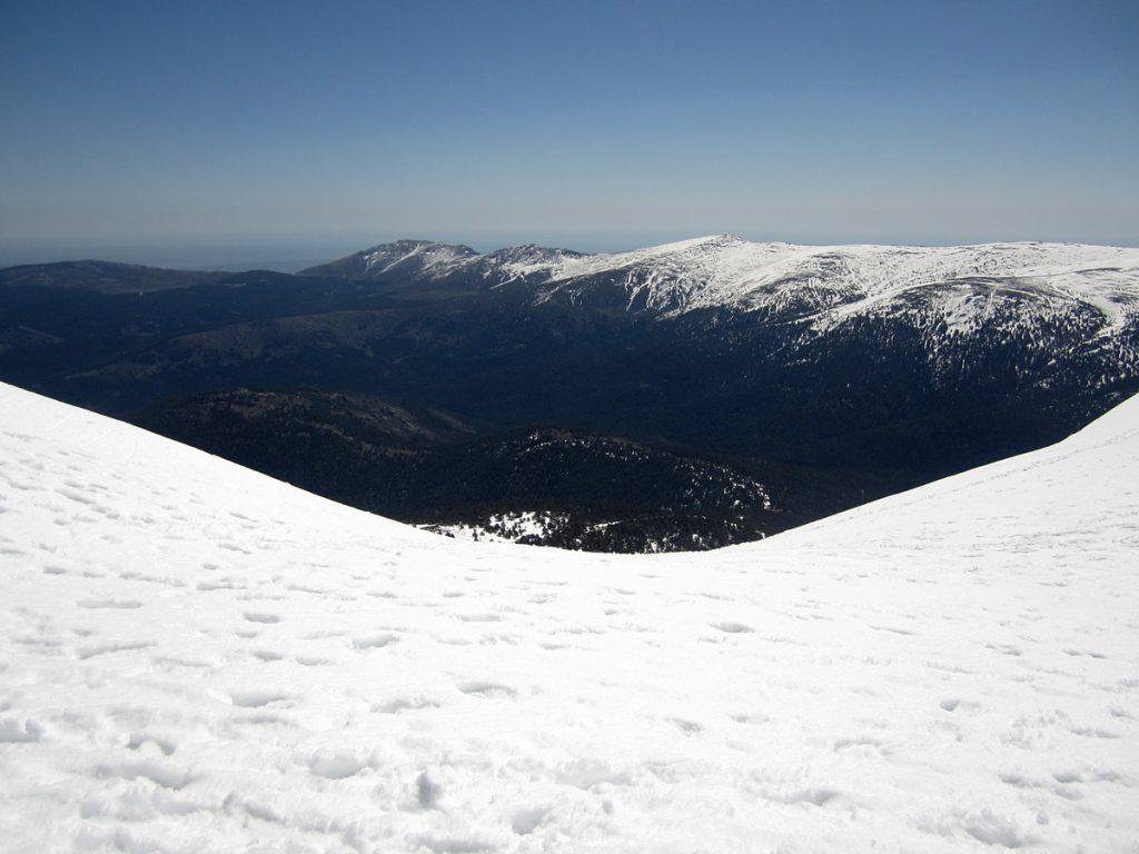 Vista del Valle del Lozoya desde el Pico de Peñalara. La Cuerda larga oriental al fondo.