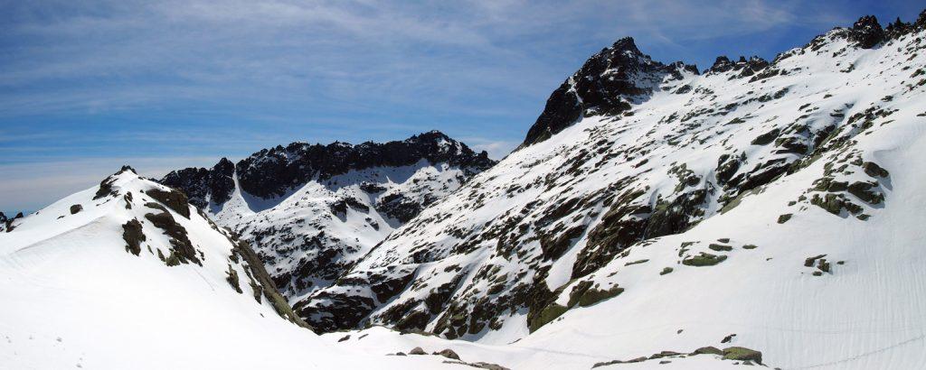 Pico del Almanzor y Cuchillar de las Navajas al fondo.