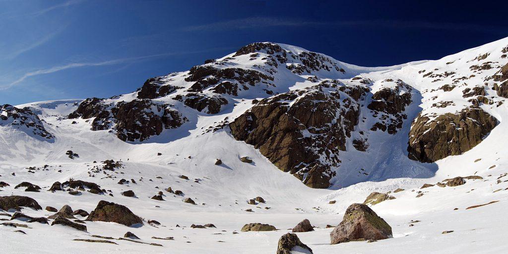 Laguna grande de Peñalara (helada) bajo el Pico de Hermana Mayor de 2.285 metros