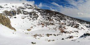 Laguna grande de Peñalara, helada, vista desde el Refugio de Zabala