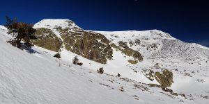 Macizo de Peñalara desde la ladera sur de Hermana Menor, a la derecha se observa parte de la segunda cubeta glaciar del Circo comprendido entre Dos Hermanas.