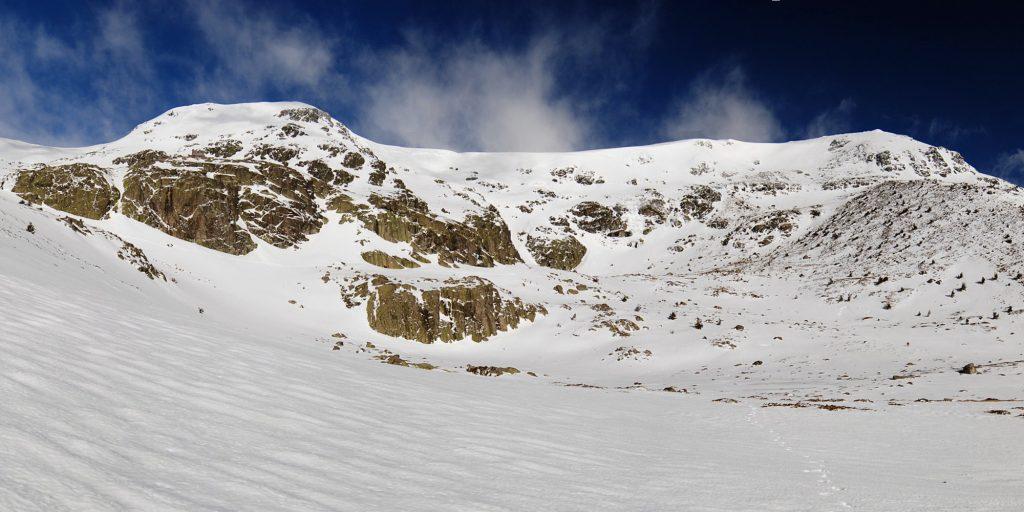 Tanto la Hermana Mayor (Izquierda) como el Pico de Peñalara (derecha) delimitan la cubeta claciar en la que se asienta la Laguna Grande de Peñalara