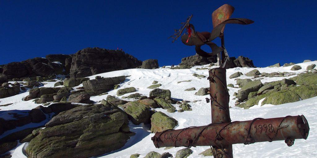 Esta cruz de hierro se encuentra casi en la cumbre