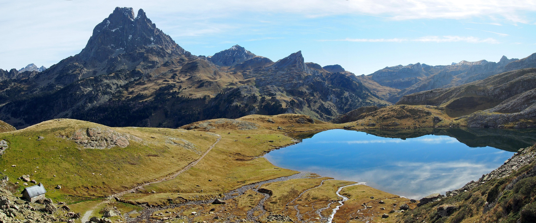 Vista del lago de Gentau y Pico de Midi d'Ossau
