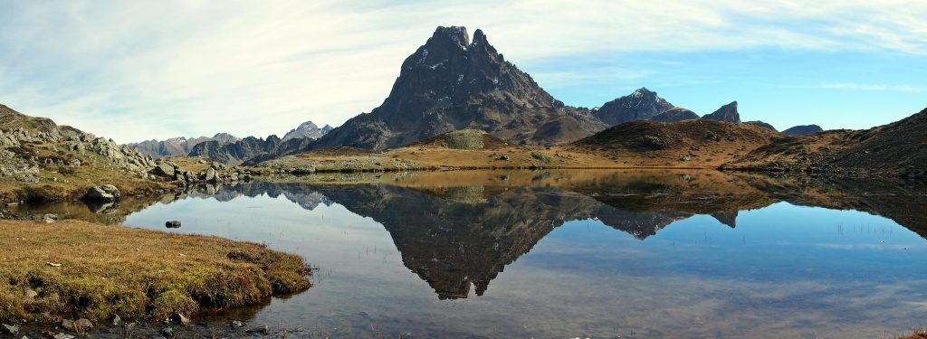 Vista del lago Miey y Pico de Midi d'Ossau