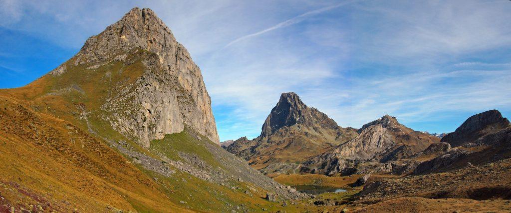 Vista del Pico y lago Casterau y del Pico de Midi d'Ossau