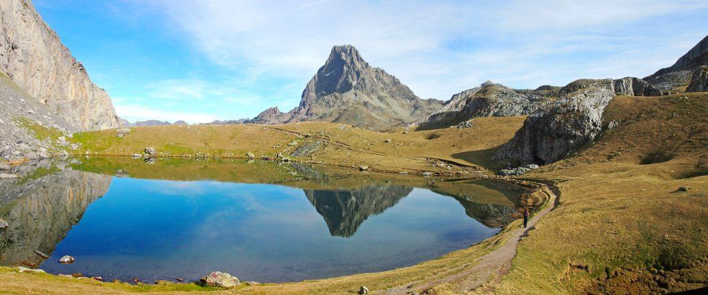 Vista del lago Casterau y Pico de Midi d'Ossau.