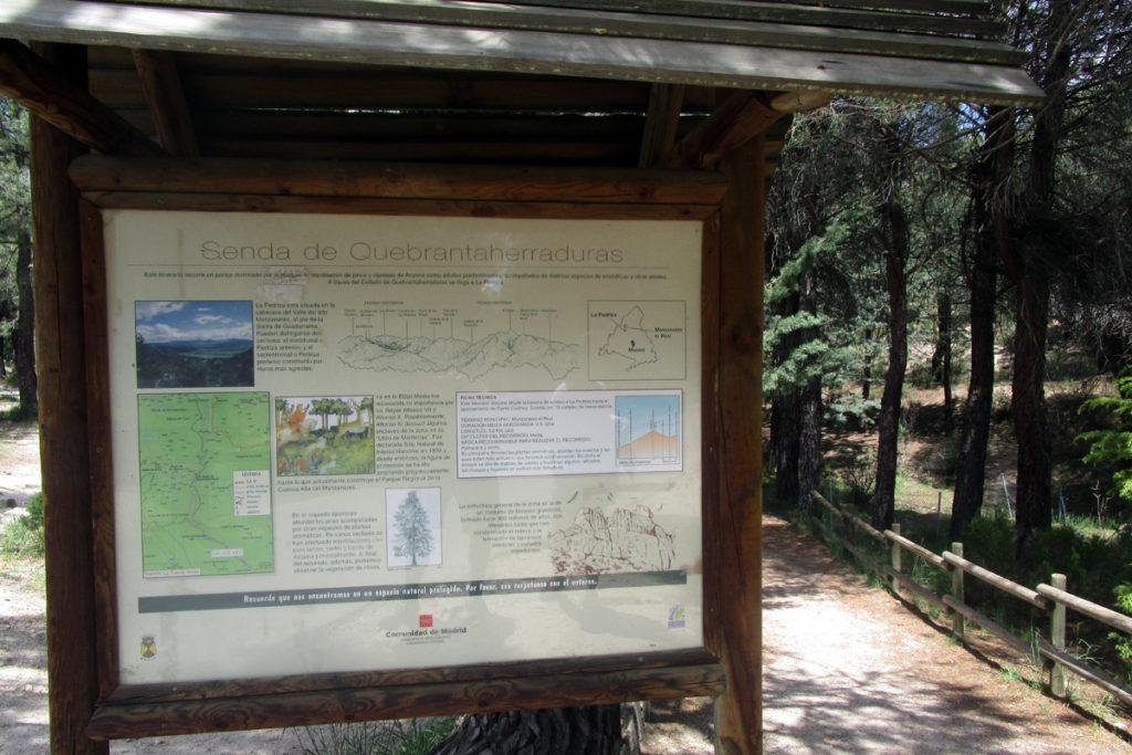 Cartel informativo sobre la senda Quebrantaherraduras